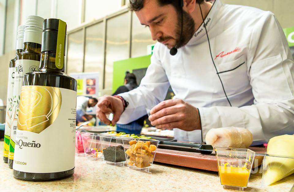 Tomas Rueda del Restaurante Almocaden de Alcaudete cocinando en La Feria de los Pueblos de Jaén con AOVE Carrasqueño Gran Selección