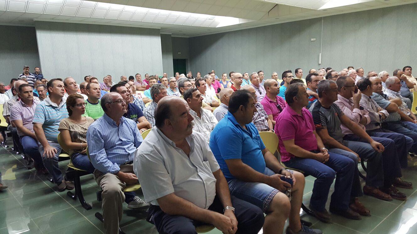 Ayer se celebró una reunión informativa por parte de los técnicos de Cooperativas Agroalimentarias (FAECA) en el salón de actos de S.C.A. Virgen del Perpetuo Socorro.