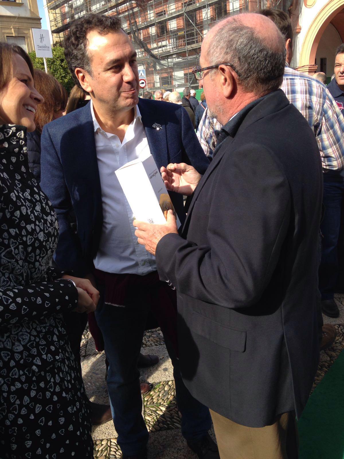 Nuestro presidente Fernando Gómez muestra al presentador Roberto Brasero el excelente AOVE Carrasqueño Gran Selección.